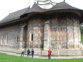 ルーマニア・ブコヴィナ地方の世界遺産「五つの修道院」!フレスコ画で覆われた外壁が素晴らしい