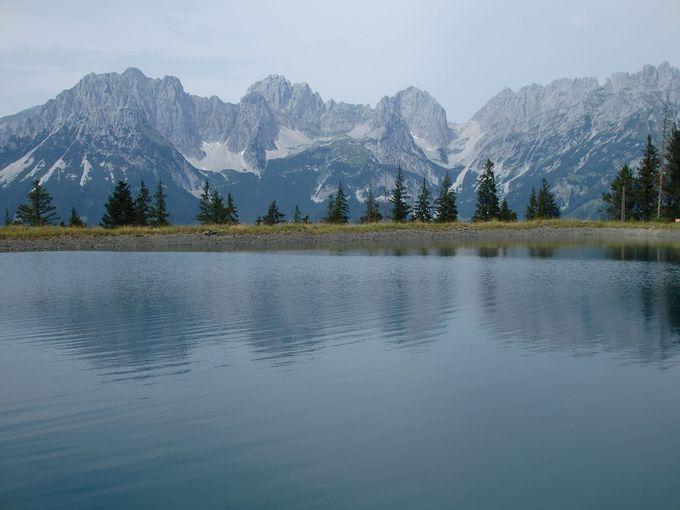山上に点在する湖からカイザーゲビルゲを満喫