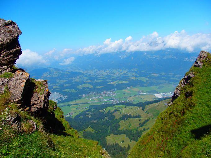 牧草地やアルプスの山並みを見渡しながら