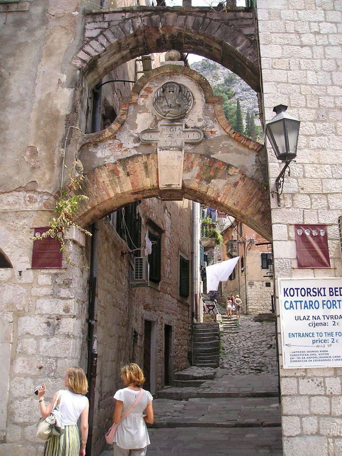 旧市街の町並みを堪能して、城壁の入り口へ