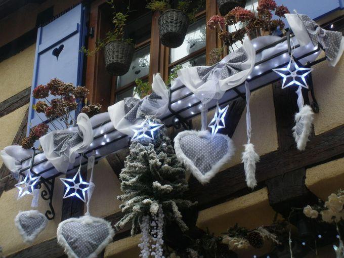 伝統的な家並みにクリスマスの装飾がマッチ!