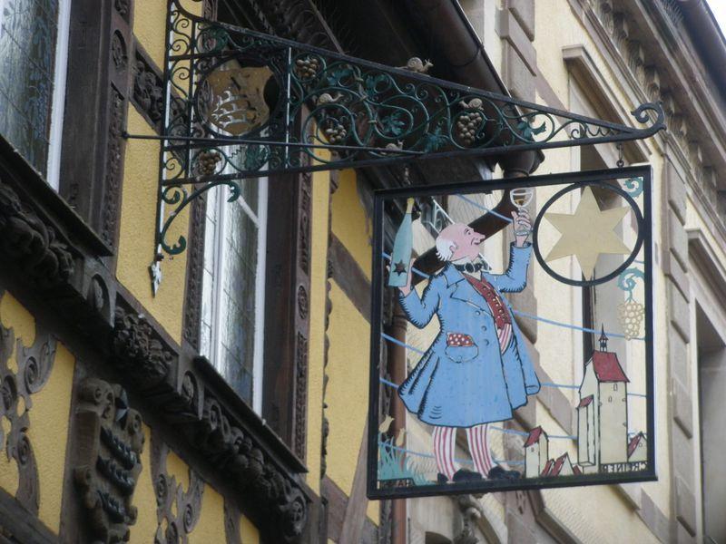 仏・アルザスの「葡萄畑の真珠」リクヴィール!クリスマス前の木組みと看板に魅せられて