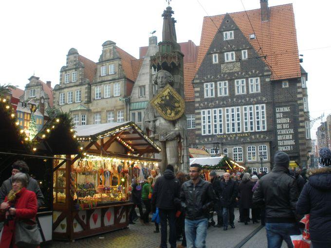 マルクト広場を埋め尽くすクリスマスマーケットの屋台