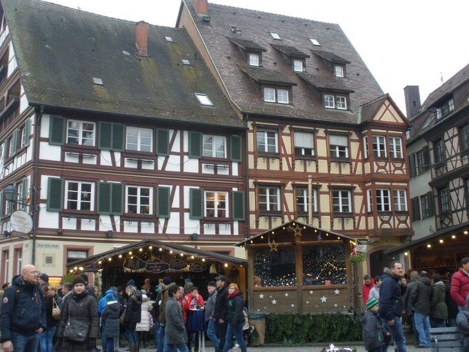 市庁舎前広場の木組みの建物とクリスマスマーケット