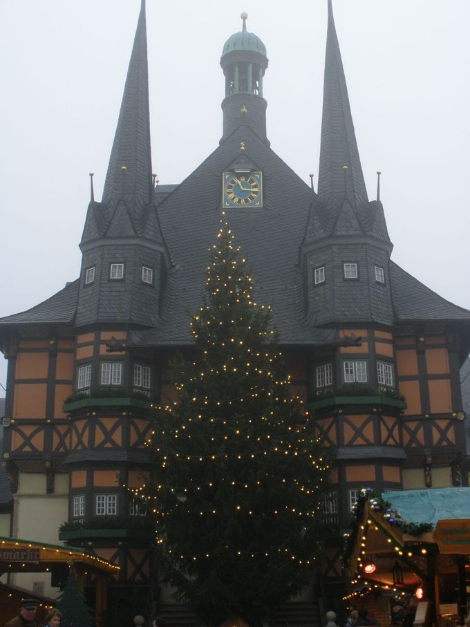 マルクト広場はとんがり屋根の可愛い市庁舎とクリスマスマーケットで大賑わい
