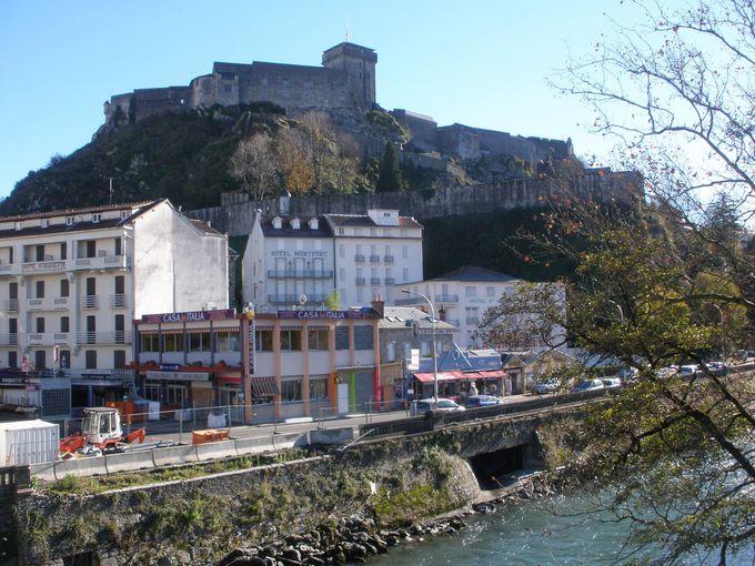 町を見下ろす岩山に聳えるお城は、ピレネー博物館