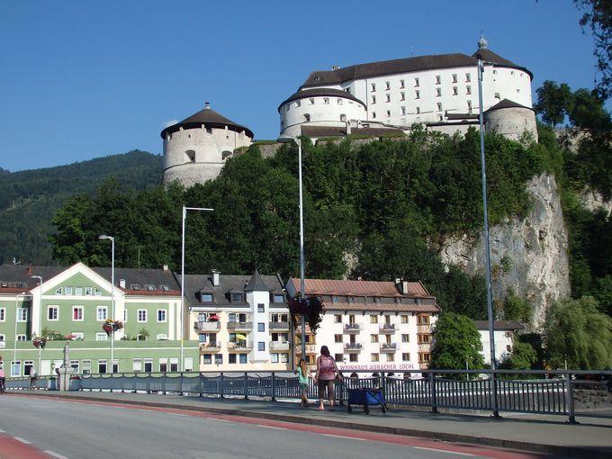 駅前から見上げる巨大な城塞