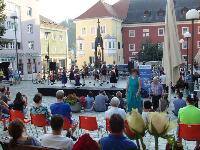 中心地の広場は、フォークフェスティバルやクリスマスマーケットで大賑わい!