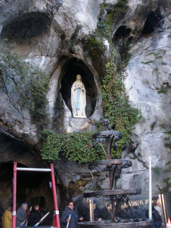 神秘的な聖母出現の「マサビエルの洞窟」と、裏山の巡礼路&ハイキングコース