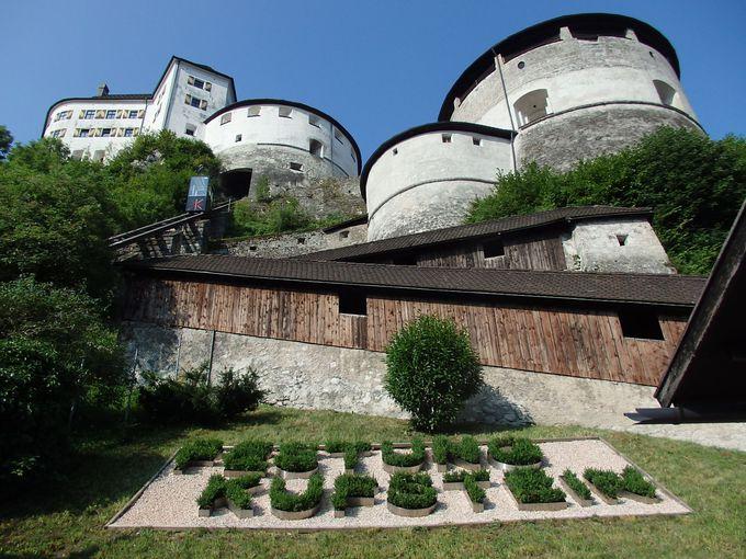 岩山の上に聳える城塞へは、可愛いらしいケーブルカーで