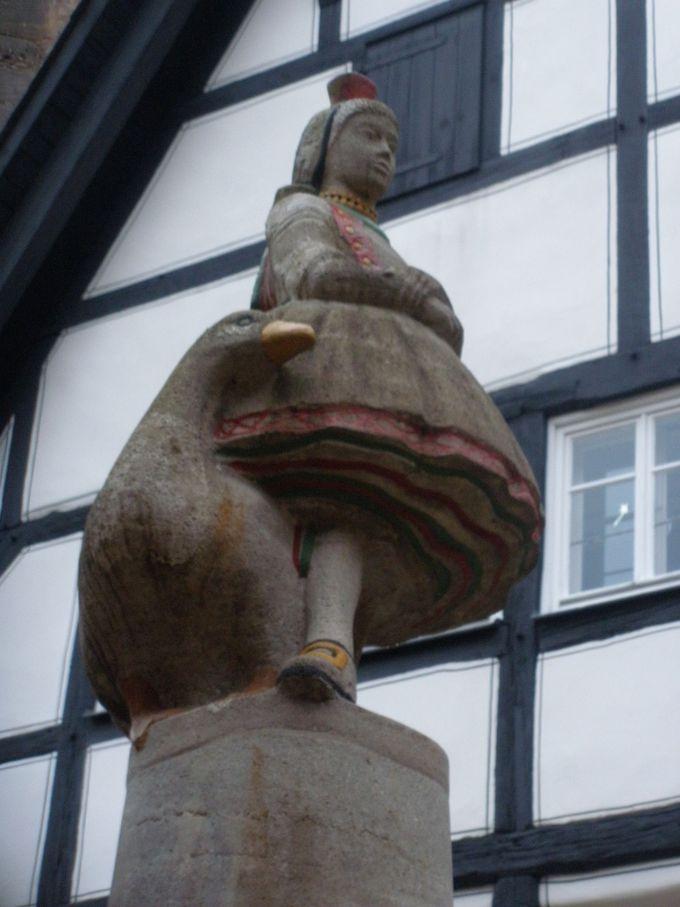 ひっそりと佇む「赤ずきんちゃん」の像