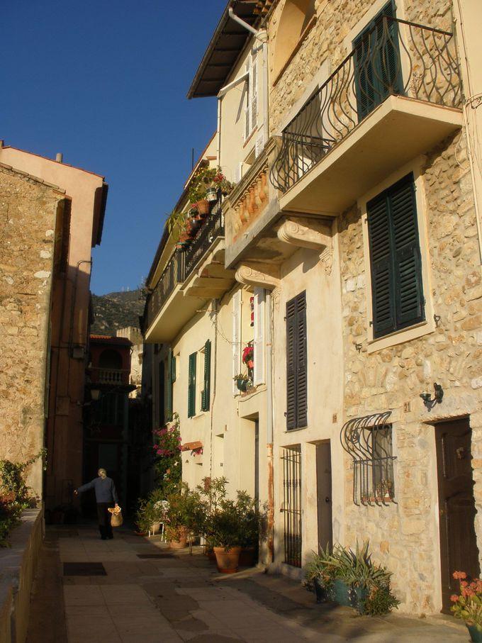 迷路のような石畳の路地と石造りの家並みが魅力!