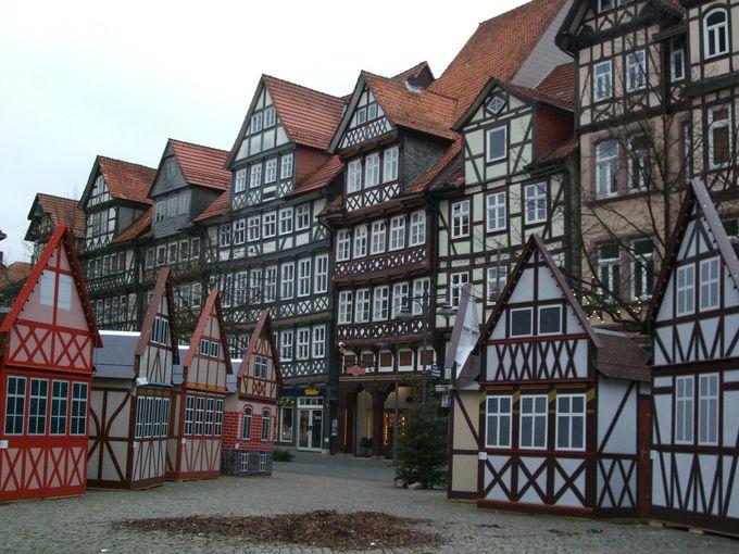 目も眩みそうな豪華な木組みの家並みが囲むマルクト広場