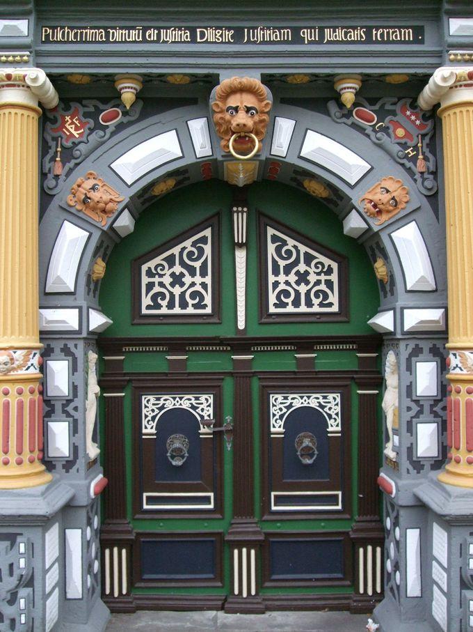 美しい装飾で囲まれた市庁舎