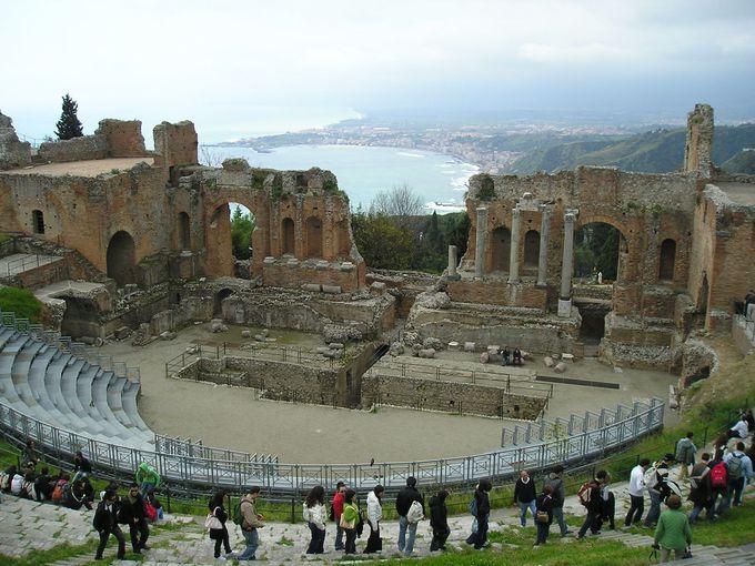 素晴らしい眺望と共に歴史に浸るギリシア劇場