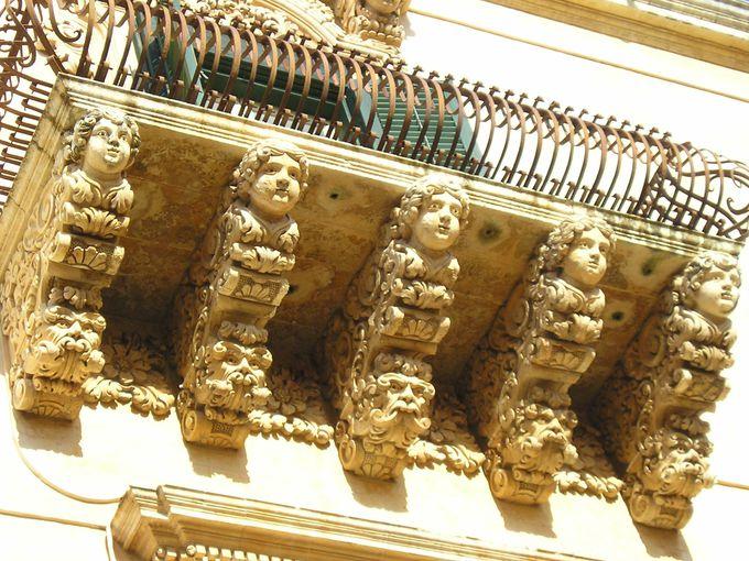 一つひとつ違う、繊細緻密なデザインの彫刻が並ぶバルコニーの軒下