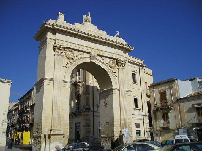 バロック装飾の美しい町への入り口はレアーレ門