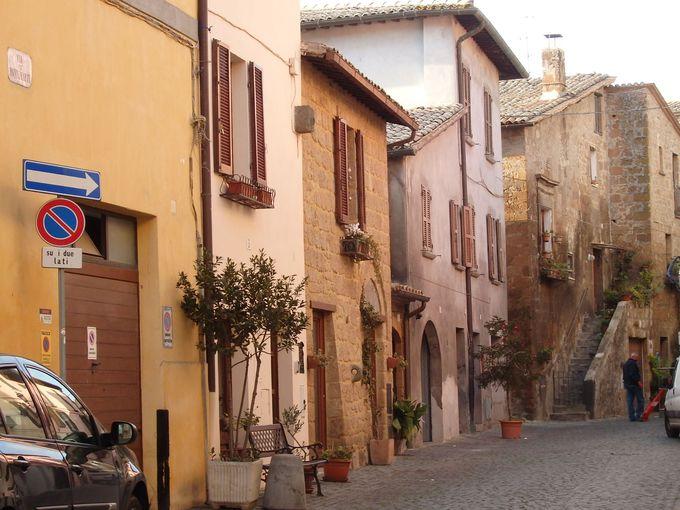 まるで中世の世界へタイムスリップ!古い石造りの建物が建ち並ぶ路地が迷路のよう