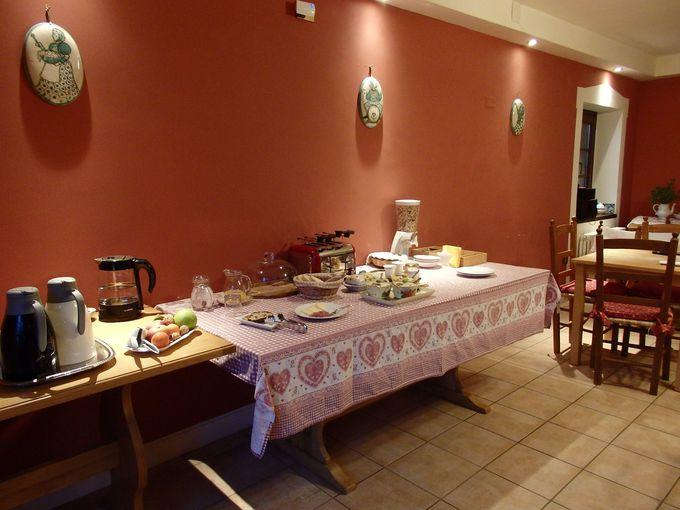 朝食は敷地内で採れた食材を使った手料理で