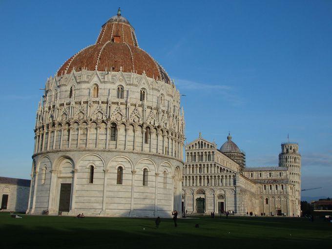 緑に映える美しい宗教的建築物が集合する広場