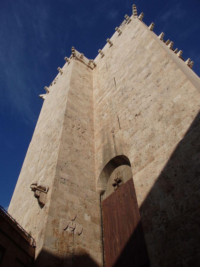 旧市街の入り口・エレファンテの塔には、可愛い象の像が!