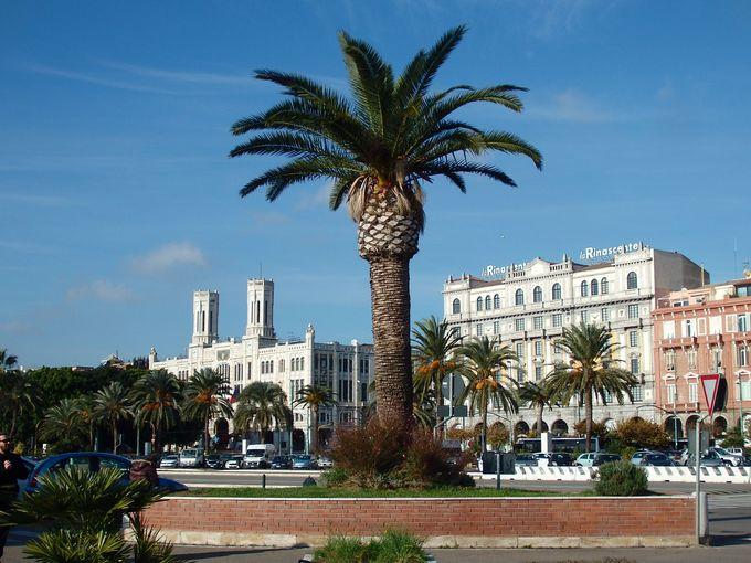 サルデーニャ島の南の玄関口・カリアリ港からは、都会的な眺めに目がまん丸!