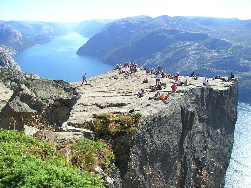 ノルウェーのリーセフィヨルドを、足が竦む断崖絶壁の上から楽しもう!