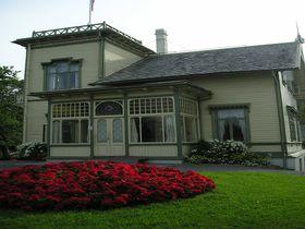 ノルウェーのベルゲン近郊にあるグリーグの家「トロルハウゲン」フィヨルドを見下ろす広い敷地!