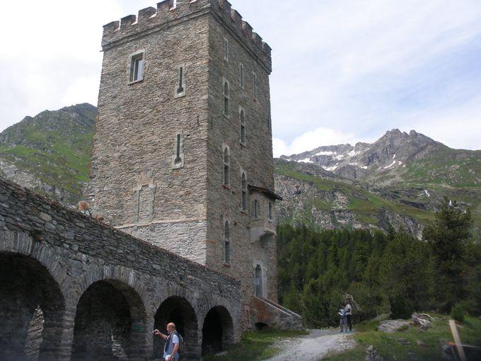 古い石造りのベルヴェデーレの塔へ