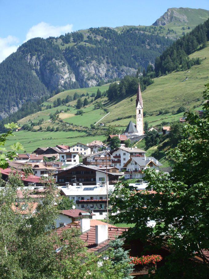 スキー場となる斜面が背後に!美しい風景のナウダース村