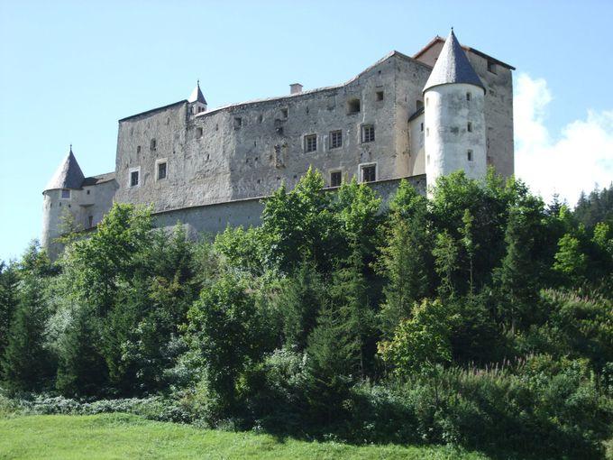 村を見守るナウダース城