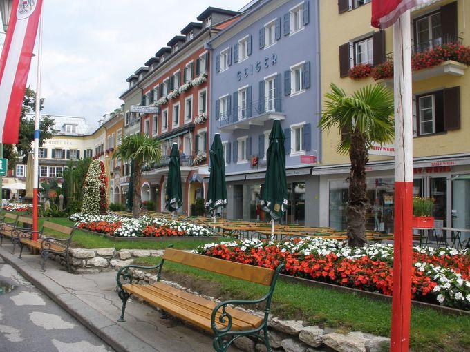 色とりどりの建物と溢れるお花が目を楽しませてくれるハウプト広場