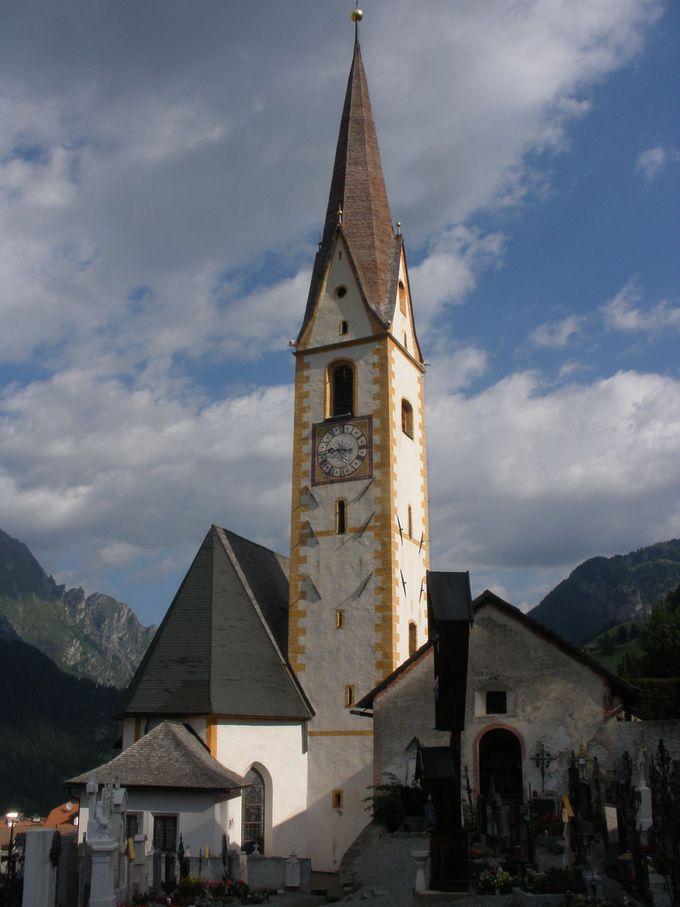 天に向かう尖塔が目印!村の中心的存在の教会