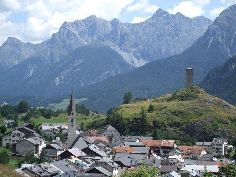 壁絵とお花が溢れる村!スイス・エンガディン地方「アルデッツ村」