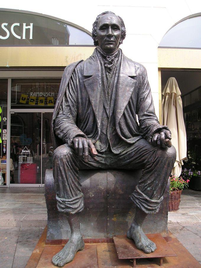 アンデルセン像が迎えるオーデンセ市庁舎前広場