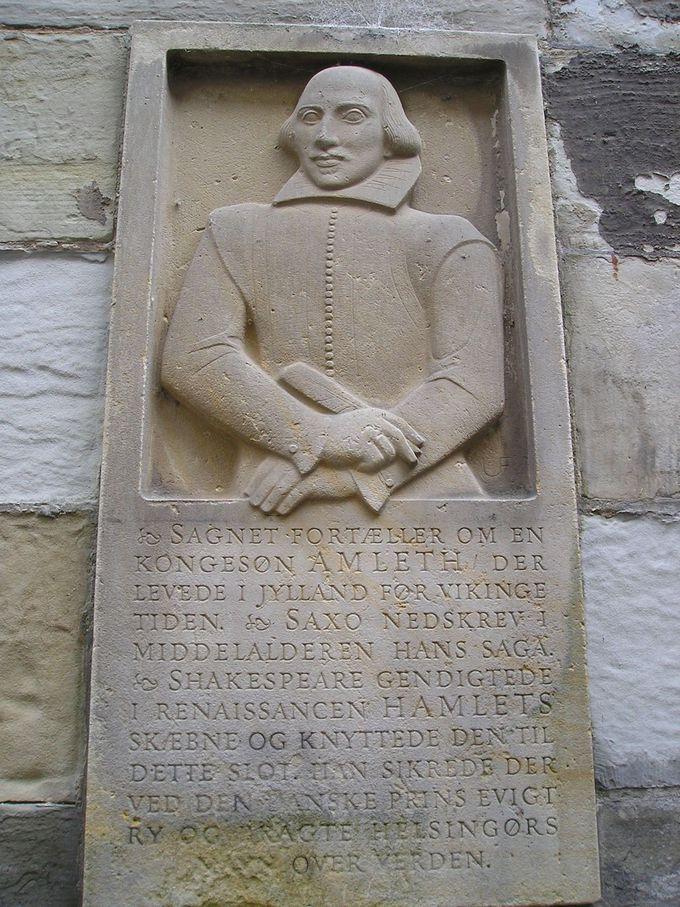 シェークスピアのレリーフが見守るクロンボー城内へ