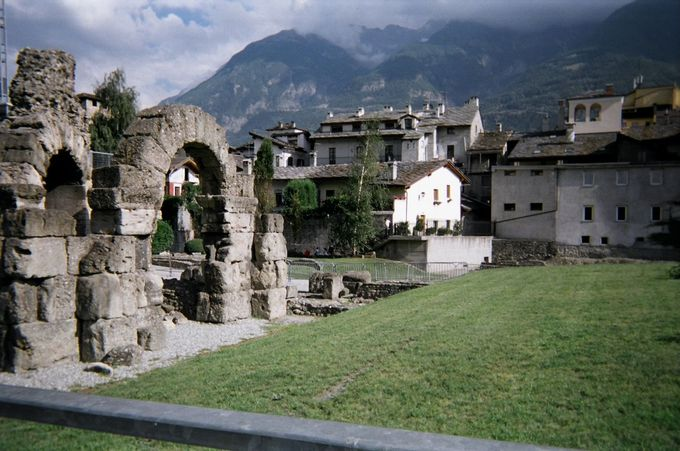 贅沢な背景も素晴らしいローマの円形劇場跡!