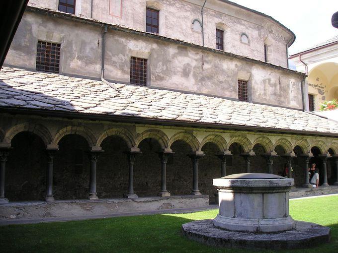 サントルソ教会付属の修道院と回廊