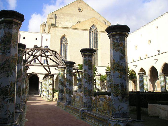 マヨルカ焼きが美しい!サンタ・キアーラ教会のキオストロ