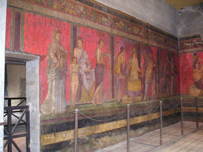 ポンペイの赤を背景にした「秘儀荘」のフレスコ画