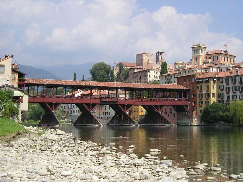 屋根付きヴェッキオ橋と蒸留酒グラッパの町!伊の古都「バッサーノ・デル・グラッパ」