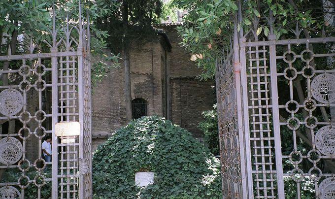 かつてダンテが眠っていた場所は、教会の裏にひっそりと