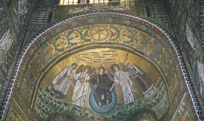 サン・ヴィターレ教会の内部を埋め尽くすモザイク画