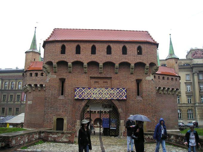 煉瓦造りの円形の砦「バルバカン」