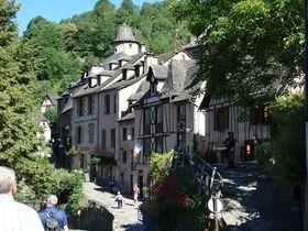フランスの美しい中世の村「コンク」!巡礼路「ル・ピュイの道」上の石造りの家並みが魅力を放つ