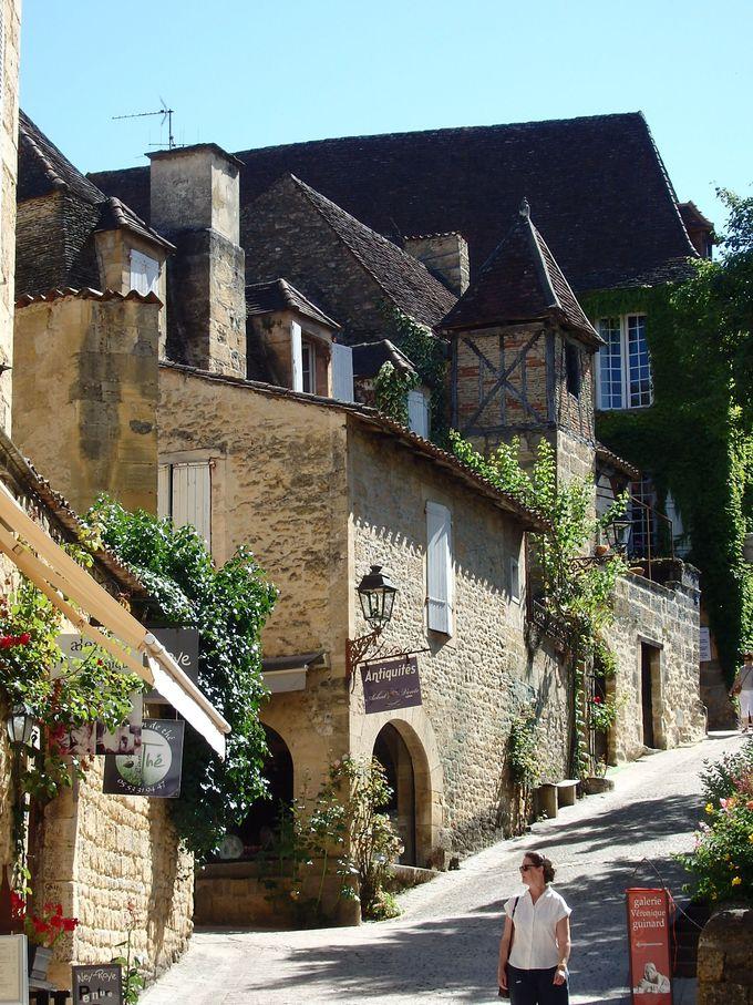 路地沿いの建物は情緒たっぷりの中世の雰囲気!