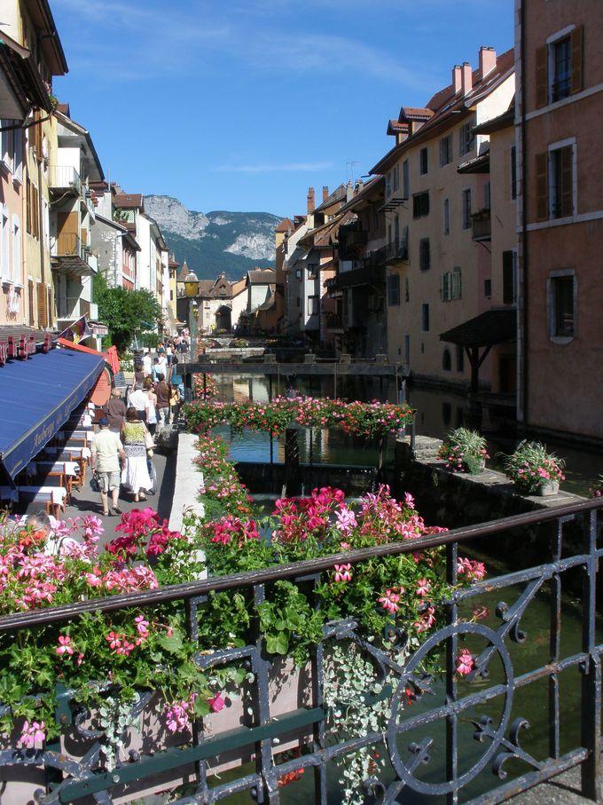 スイス国境に近いフランスの町アヌシーの美しい運河沿い