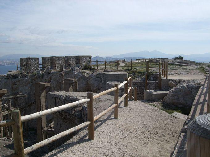 岩場のてっぺんに広がる廃墟