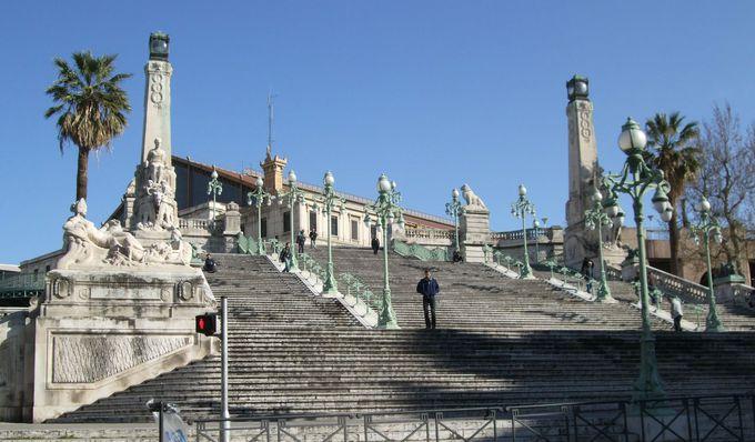 鉄道駅から続く歴史的建造物に指定された大階段