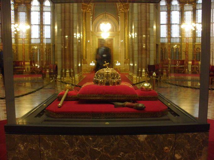 ハンガリー王朝の歴史を引き継ぐ王冠